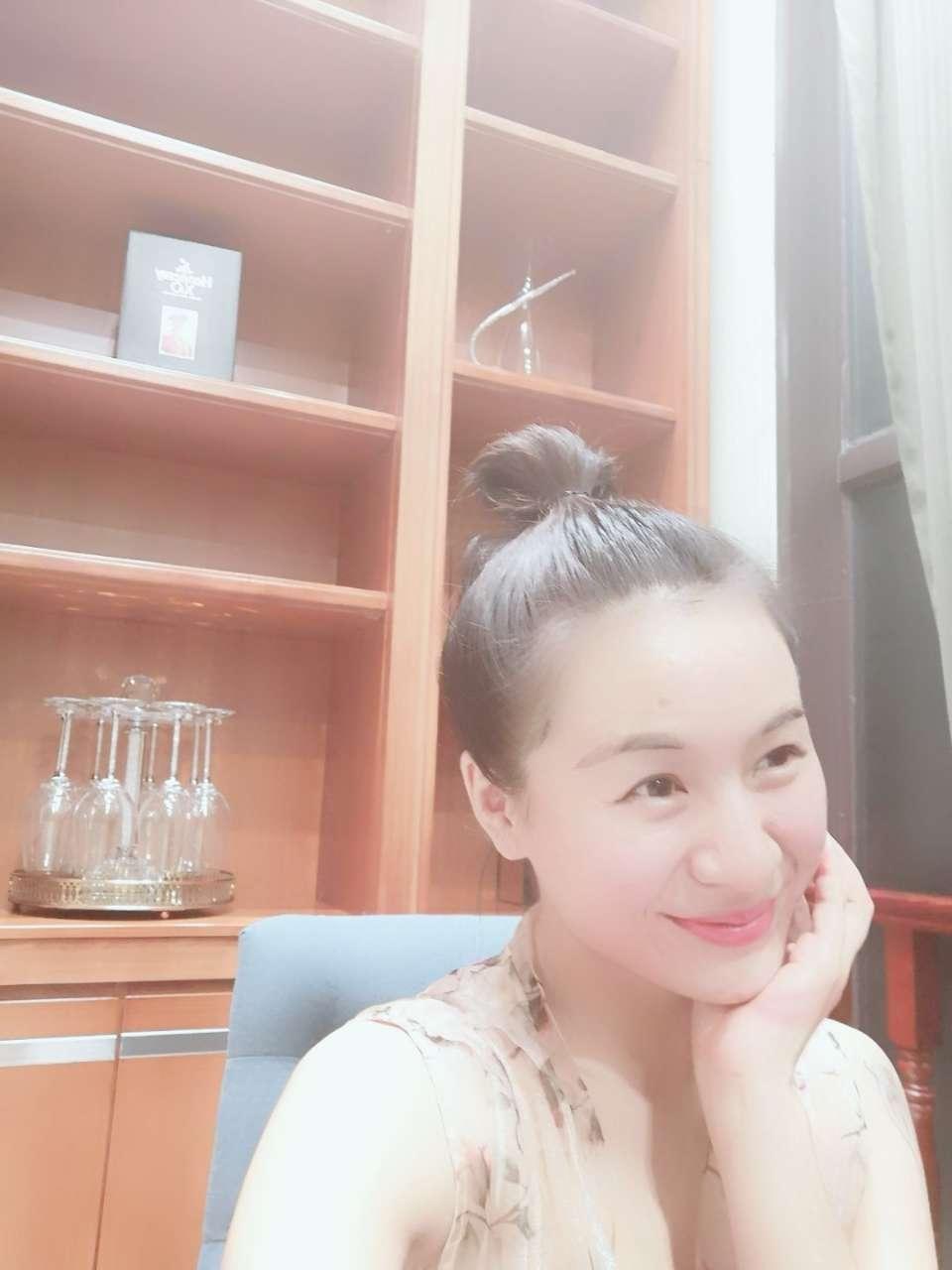 中国姑娘自己赚钱买花戴